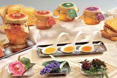 Il miele di lavanda è conosciuto come antisettico naturale e stimolante della rigenerazione delle cellule. Calmante ed eccellente per dolcificare e aromatizzare tè e tisane.