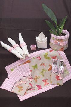 Vintage Tischdecken - 4 er Tischset Tischläufer Bestecktasche Servietten - ein Designerstück von Ameise1988 bei DaWanda Decoration, Lunch Box, Diy Projects, Mugs, Sewing, Tela, Scrappy Quilts, Tablecloths, Embroidery