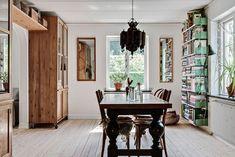 Inbjudande matsal, nötta trägolv, fönster med spröjs. Kristinehov Svensboda - Bjurfors
