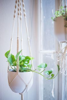 Home-DIY: Macrame Plant Hanger Tutorial - heylilahey. A detailed step by step Macrame Plant Hanger tutorial! With lots of pictures, videos and links!A detailed step by step Macrame Plant Hanger tutorial! With lots of pictures, videos and links! Macrame Plant Hanger Tutorial, Macrame Plant Holder, Crochet Plant Hanger, Plant Holders Diy, Pot Holders, Diy Macramé Suspension, Macrame Projects, Diy Projects, Pot Hanger
