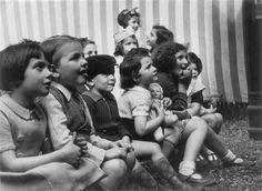 Des enfants au spectacle de guignol (série : Paris vivant ; Guignol aux Tuileries), Noël Le Boyer Charenton-le-Pont, Médiathèque de l'Architecture et du Patrimoine