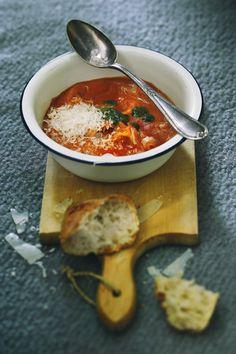 Tomaatti-tortellinikeitto saa pehmeän ja täyteläisen makunsa cashewpähkinöistä ja aurinkokuivatuista tomaateista. Katso ohje!