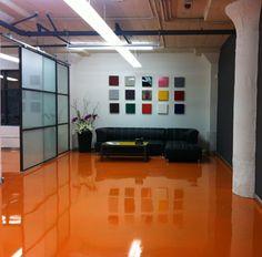 Flüssiges Porzellan: Flüssiges Porzellan in Brasilien Lattia k Epoxy Floor Epoxy Floor Basement, Garage Floor Paint, Painting Tile Floors, Painting Concrete, L Shaped Sofa, Small Sofa, Basement Remodeling, Vinyl Flooring, Flooring Ideas