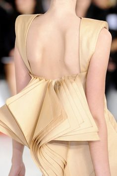 it's all in the details.  Gianfranco Ferré Spring/Summer 2009