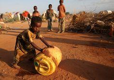 L'UNHCR venne istituita nel 1950 con un mandato di 3 anni. Circa 60 anni dopo l'UNHCR è un'agenzia ancora attiva e fornisce aiuto e assistenza a milioni di persone nel mondo, come questo bambino somalo nel campo di Dadaab, in Kenya.  UNHCR / B. Heger / September 2009 http://www.flickr.com/photos/25857074@N03/4128034942