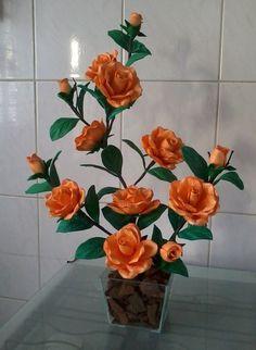 Arranjo de flores em eva com rosas laranjas em vaso de vidro.Opcionalmente pode ser elaborado com vaso em mdf. Consulte disponibilidade de vasos e tamanhos.
