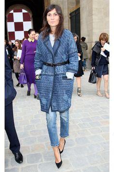デニムonデニムの難易度高な着こなしもベルトのウエストマークでエフォートレスシックに。ウエストマークは最近のエマニュエルの極私的トレンド。