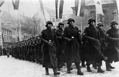 Lettische Angehörige der Waffen-SS anlässlich des lettischen Nationalfeiertags am 18. November 1943. Die Gesamtzahl der Letten, die in Polizei, SS- und Wehrmachteinheiten kämpften, wird auf rund 110.000 geschätzt.