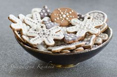 Iced Gingerbread Cookies : Proven Kitchen.  What beautiful Icing.    http://sprawdzonakuchnia.pl/en/pierniczki/