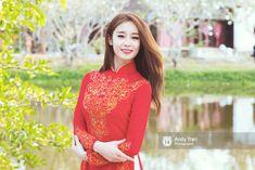 """Ji Yeon có tên gọi đầy đủ là Park Ji Yeon, sinh ngày 7 tháng 6 năm 1993, là một nữ ca sĩ – diễn viên Hàn Quốc. Cô hiện là thành viên của nhóm nhạc nữ T-ara. Chính thức ra mắt vào ngày 29 tháng 7 năm 2009, Ji Yeon được biết đến là """"Tiểu Kim Tae-Hee"""" nhờ gương mặt khá giống nữ diễn viên Kim Tae-Hee. So sánh các bức ảnh trước đây với hiện tại, fan nghĩ niềng răng đẹp như Ji Yeon. Vậy sự nghiệp và sắc đẹp của cô ra sao?"""