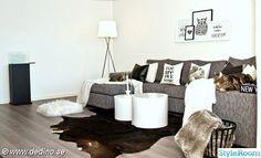 vardagsrum,pläd,soffa,matta,komatta,soffbord,lampa,text tavlor