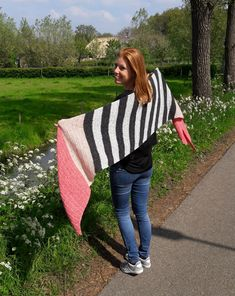 There it is: the double salt shawl. Made with Scheepjes Secret Garden Crochet Shawls And Wraps, Knitted Shawls, Crochet Scarves, Doublet, Free Crochet, Picnic Blanket, Free Pattern, Crochet Patterns, Knitting
