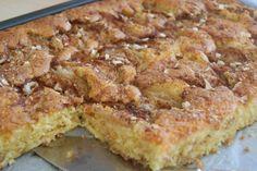 Dette er ei kjempegod kake som mi mor pleide å lage. Det er ei stor oppskrift, men den er så god at det vanligvis ikke byr på noe problem å bli kvitt den. Skulle det likevel bli noe til overs, så egner den seg godt til å fryse ned i … Recipe Boards, I Love Food, Quiche, Nom Nom, French Toast, Food And Drink, Cookies, Baking, Breakfast