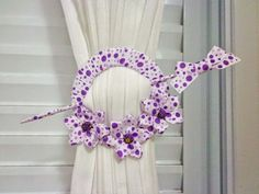 Thelma Salles ღ A ver: Catch cortina - PAP Crochet Flower Patterns, Crochet Flowers, Fabric Flowers, Curtain Holder, Curtain Tie Backs, How To Make Curtains, Diy Curtains, Hobbies And Crafts, Diy And Crafts