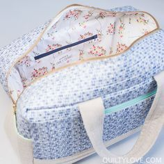 I am completely hooked on these Cargo Duffle Bags. Anna of Noodlehead designed… Duffle Bag Patterns, Bag Patterns To Sew, Handbag Patterns, Sewing Patterns, Shabby Chic Stil, Diy Kleidung, Bag Pattern Free, Craft Bags, Fabric Bags