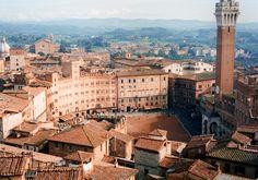 Siena, Itália A Catedral de Siena é um dos monumentos mais incríveis da arquitetura italiana, absolutamente preservada. As paisagens urbanas medievais são protegidas pela UNESCO, como deve ser