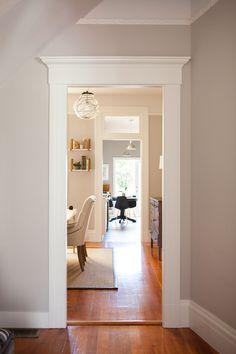 molduras para darle mas glam a tu casa . Miriam Schneider's San Francisco Home Tour  #theeverygirl