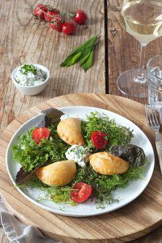 Bärlauchtascherl aus Topfenteig serviert mit frischem Salat // wild garlic pastry served with fresh salad // Sweets & Lifestyle® #bärlauch #rezept #bärlauchtascherl #salat #recipe #frühling #recipe #wildgarlic #wildgarlicpastry #ostern #easter #sweetsandlifestyle