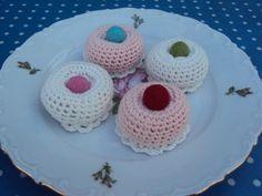 Er de ikke hyggelige, mine små kager? Det er eget design, men du er velkommen til at hækle dem .   TOPPEN: Slå 2 lm op på nål nr 2. ...