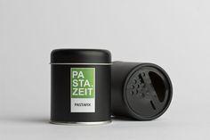 """Du liebst es schnell? Perfekt! Dürfen wir vorstellen: """"Pastafix"""" von Pastazeit ist eine einmalig harmonische mediterrane Gewürzmischung von Knoblauch und Chilis mit italienischen Kräutern. Wie der Name schon verrät, einfach mit etwas Olivenöl und Nudelwasser anrühren und über die fertig gekochten Nudeln träufeln.  #gewürz #scharf #pastazeit #gewürzstreuer #vegan #glutenfrei #paprika #edelsüß #pfeffer #oregano #knoblauch #koriander #rosmarin #basilikum #petersilie #kümmel #meersalz #dose… Dose, Flip Clock, Vegan, Angst, Bolognese, Mafia, Design, Badass, Parsley"""