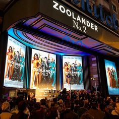 Ensayando nuestra mejor mirada acero azul para recibir a @penelopecruzoficial #benstiller y #williamolsen en el estreno de #zoolander2 en la Gran Vía madrileña #yodona #cine #estrenos #nofaltanadie by yodona