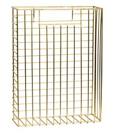 Gold-colored. Rectangular magazine rack in metal with a handle at each side. Size 3 1/4 x 9 1/4 x 12 1/2 in.