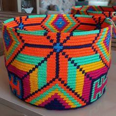 tig-orgusu-wayuu-canta-modelleri-25 Crochet Box, Crochet Purses, Tapestry Bag, Tapestry Crochet, Nifty Crafts, Diy Purse, Knitted Bags, Handmade Bags, Crochet Projects