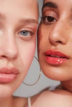 Glossier Has A New Lip Gloss And It's Approved By Michelle Obama Glossier's new lipgloss launch: everything you need to know about why Michelle Obama loves the new red and holographic shades Glossy Makeup, Eye Makeup Art, Glossy Lips, Skin Makeup, Michelle Obama, Bb Beauty, Beauty Makeup, Vogue Makeup, Beauty Style