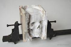 Das hier ist eine ziemlich beeindruckende Arbeit vonMaskull Lasserre, den wir hier schonmal mit seinen anatomischen Holzschnitzereien hatten. Aus einem Block aus mehreren zusammengepressten Bücher...