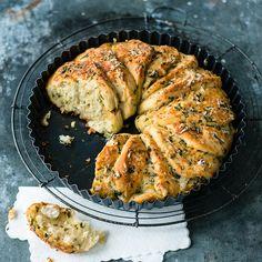 Seitdem es bei uns diesen Brotkranz gibt, können wir uns nichts mehr anderes vorstellen. Kräuterbutter in Perfektion!