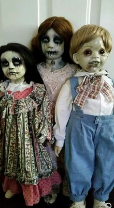 These creepy horror dolls are ready to swallow your soul 1 Halloween Zombie, Halloween Doll, Halloween 2018, Holidays Halloween, Halloween Themes, Halloween Crafts, Halloween Party, Halloween Decorations, Yard Decorations