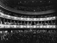 IlPost - La prima della Royal Opera House - La prima della Royal Opera House, uno dei più importanti teatri al mondo che si trova a Covent Garden a Londra, nel 1925 (General Photographic Agency/Getty Images)