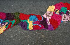 Artist Juliana Santacruz Herrera has filled a number of Paris's potholes and cracks with colorful yarn. In french, such holes are called 'chicken nests', that's why its called 'Nid de poule project'. Yarn Bombing, Guerilla Knitting, Art Intervention, Atelier D Art, I Love Paris, Kintsugi, Scrapbook, Textile Artists, Land Art