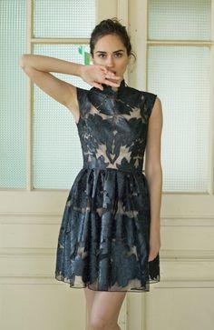 Este impresionante mini vestido de cóctel, hecho de tela de alta calidad, adornará el armario de cualquier mujer. Las enormes flores en el vestido se hacen del satén, así que el vestido tiene su forma y no necesita un planchado. El vestido tiene forro de color de piel hecha de Gasa mate ligero, por lo que da efecto de piel desnuda. It es que una pieza muy especial y moderno, con adaptación de la mano, es una alternativa creativa del pequeño vestido negro. El vestido es adecuado para…
