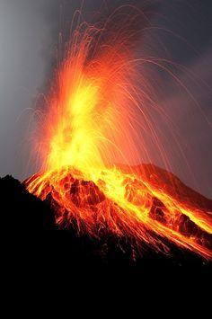 Vulcão Stromboli: Esse vulcão está em erupção quase contínua ao longo dos últimos 2.000 anos. Um padrão de erupção é mantida em que as explosões ocorrem em intervalos que variam de minutos a horas. Está em uma pequena ilha no Mar Tirreno , na costa norte da Sicília, que contém um dos três vulcões ativos na Itália.