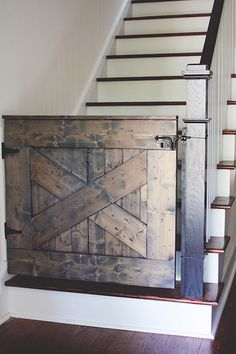Tutorial for a Barn Door Stair Gate. Can be used as a baby gate or pet gate for the stairs. - put bumper on bottom so he can't push it open to go down the stairs. Baby Gate For Stairs, Barn Door Baby Gate, Diy Baby Gate, Diy Barn Door, Pet Gate, Door Gate, Baby Barn, Barn Doors, Banister Baby Gate