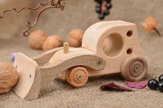 Jouet a roulettes voiture est fait en forme d'une petite deneigeuse. Il est taille en plusieurs sortes de bois et assemble a l'aide de vis taraudeuses. Ce jouet pour garcon sera un excellent cadeau...