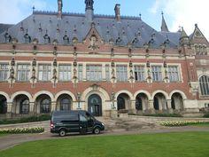 Business Class vervoer in luxe taxibusjes! Bijvoorbeeld op deze foto voor het Vredespaleis Den Haag.