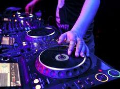DJ mezcla la pista en el club nocturno en el partido photo