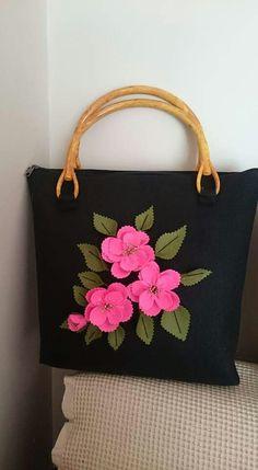 A Beautiful and Elegant Felt Flower Bag... gorgeous ! :-)