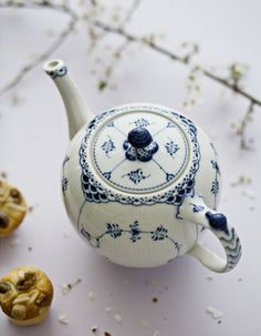 I love everything about this teapot...the shape, the pattern, the color...just everything!