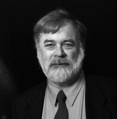 Niles Eldredge (25 de agosto de 1943) es un paleontólogo estadounidense. Autor, junto con Stephen Jay Gould, de la teoría del equilibrio puntuado (1972).  Desarrolló una visión jerárquica de los sistemas evolutivos y ecológicos y se interesó especialmente en las extinciones rápidas de muchos hábitats y especies.  Su especialidad atañe a la evolución de los trilobites Phacopida, un grupo de artrópodos extintos que vivió hace 543 - 245 m.a.