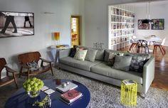 """A decoração do apartamento alugado, com 220 m², no bairro do Leblon, Rio de Janeiro (RJ), se apoia em peças """"de design"""", móveis modulares e ..."""