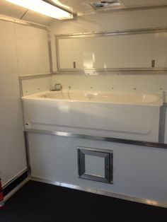 Mobilegroomingtrailersforsale provides mobile dog grooming trucks with all white walls and ceiling with accents of brushed aluminum and black give it a fresh, clean appearance.The flooring is a heavy duty rubber, black pebble pattern. It is extended 6″ up the wall as a cleaning splash panel.