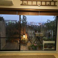 女性で、4LDKのIKEA/DIYフェンス/DIYウッドデッキ/DIY/ベランダガーデン/VG…などについてのインテリア実例を紹介。「あれこれ配置替えをしたら、リビングの窓際に何もなくなってしまいました(#^.^#) しばらくはベランダの景色を、楽しみます(⑅˃◡˂⑅)」(この写真は 2015-03-16 17:42:59 に共有されました)
