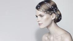 La marca francesa Chaumet diseña este tocado con inspiración vintage que cae elegantemente sobre el cabello. Lo mejor es que lo puedes encontrar disponible en Eli Tiaras.