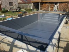 Zwembad met alkorplan 2000 wit met trap volledige breedte en rolbaknis verborgen zwembaden - Zwarte pool liner ...