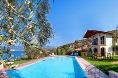 Residence Canevini - Torri del Benaco ... Garda Lake, Lago di Garda, Gardasee, Lake Garda, Lac de Garde, Gardameer, Gardasøen, Jezioro Garda, Gardské Jezero, אגם גארדה, Озеро Гарда ... Welcome toApartments CaneviniTorri del Benaco. Just a step away from the most beautiful of Italys cities of art and from the parks ok Lake Garda: 9 exclusive apartments immersed in the nature, just 50 meters from the lake and short walk from Torri del Benaco. All