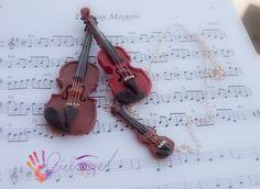 Violines totalmente  modelados a mano, en distintos tamaños y colores. Los afinadores son de plata