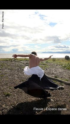 La Baigneuse, un homme et 4 loups venus de la mer.  Une création de la compagnie de danse contemporaine professionnelle Fleuve   Espace danse.  Crédit photo : Pilar Marcias
